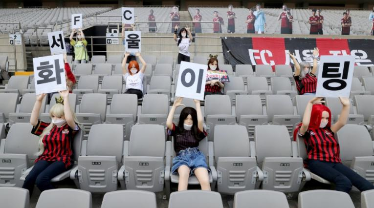 Muñecas inflables en graderías de Seúl