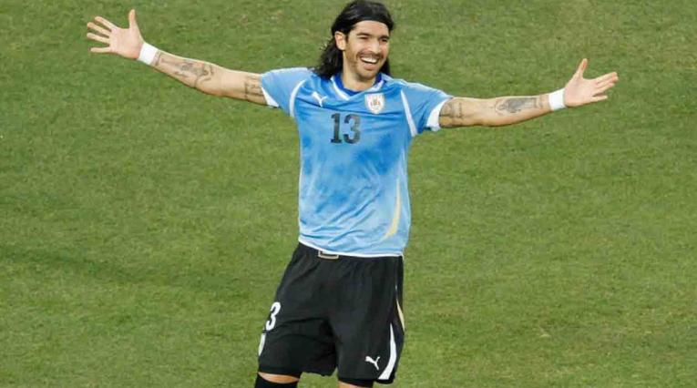 Sebastián el 'Loco' Abreu jugando con la Selección de Uruguay.