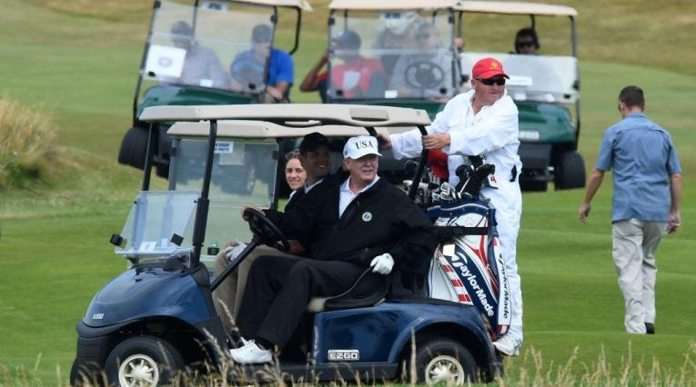 Donald Trump jugando golf
