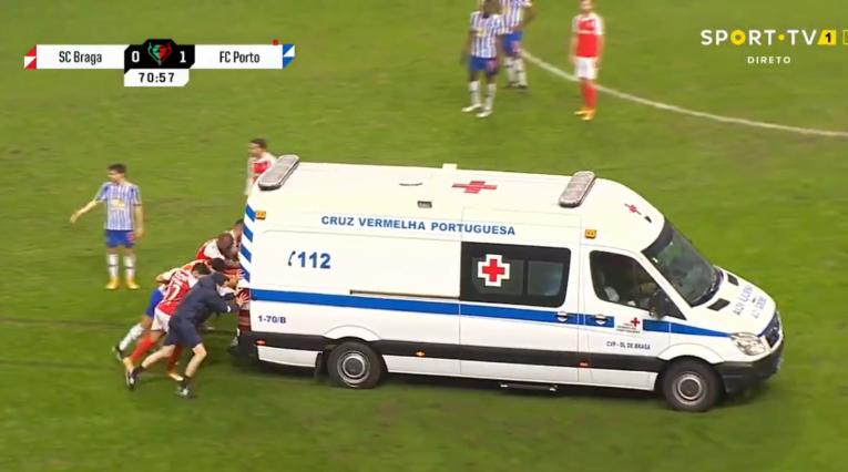 Captura de pantalla, jugadores empujando ambulancia