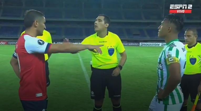 Gonzalo Bergessio, caliente en el duelo Atlético Nacional vs Nacional de Uruguay