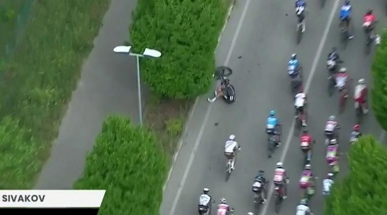 Pavel Sivakov se cayó en la etapa 5 del Giro