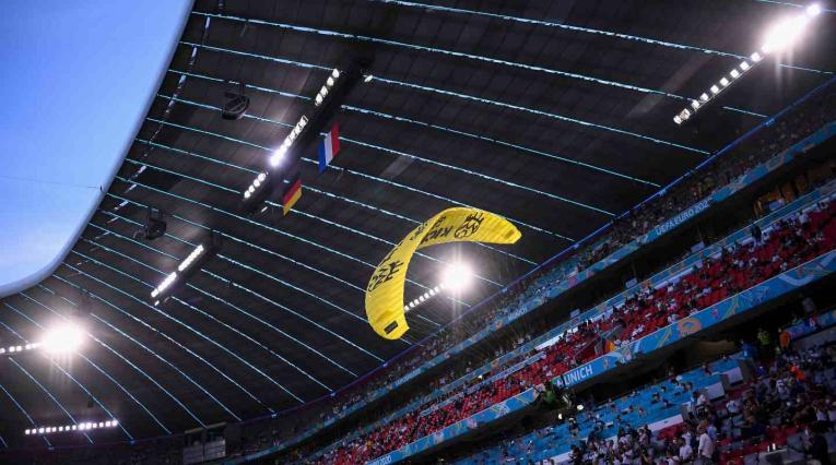 Activista Greenpeace en la Eurocopa