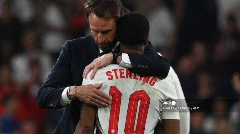 Técnico de Inglaterra abrazando a Sterling