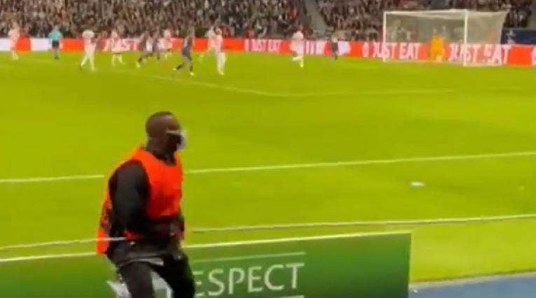 Persona de seguridad luego del cobro de Messi