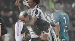 Juan Cuadrado celebrando con su técnico, Massimiliano Allegri / AFP.