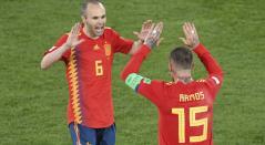 Andrés Iniesta y Sergio Ramos celebran la clasificación a octavos de final en Rusia 2018