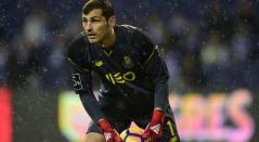 Iker Casillas atrapa un balón durante el partido de la liga Portugal, FC Porto vs CS Maritimo