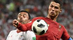 Cristiano Ronaldo ante la marca de un jugador de Irán
