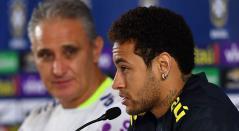 Neymar junto a Tite en rueda de prensa