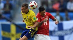 Viktor Claesson de Suecia disputa un balón con Steven Zuber de Suiza