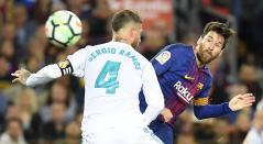 Lionel Messi y Sergio Ramos disputan una pelota en un partido de LaLiga en mayo de 2018