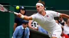 Roger Federer en un jugada ante el esloveno Lukas Kacko por la segunda ronda de Wimbledon