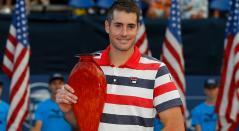 John Isner posa con el trofeo después de derrotar a Ryan Harrison