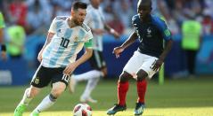 Lionel Messi compite la pelota contra N'Golo Kante en Rusia 2018