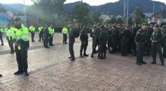 Policías custodiando los alrededores del Campín