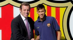 Sandro Rosell y Neymar durante la presentación de brasileño en Barcelona