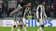 Juan Guillermo Cuadrado, Gonzalo Higuaín y Alex Sandro con la Juventus de Turín