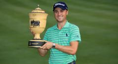 Justin Thomas posa con la Copa Gary Player después de ganar el World Golf Championships-Bridgestone