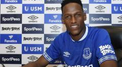Yerry Mina firmando su contrato con el Everton