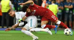 Sergio Ramos y Mohamed Salah disputan una pelota en la final de la UCL 2017/2018