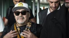 Diego Maradona llegando a México exhibiendo una gorra de Dorados de Sinaloa