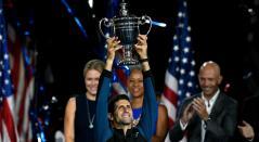 Novak Djokovic posa con el trofeo después de ganar el US Open 2018