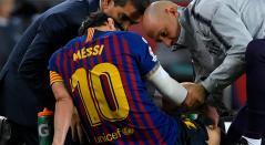 Lionel Messi durante la lesión que sufrió en el partido ante Sevilla