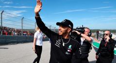 Lewis Hamilton, de Gran Bretaña y Mercedes GP, se animan a participar en el desfile de pilotos ante la Fórmula Uno de Estados Unidos