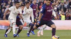 Luis Suárez cobrando el penal para el 2-0 parcial ante el Real Madrid en el Cam Nou