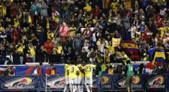 Los jugadores de Colombia celebran el gol convertido por Juan Camilo Hernández