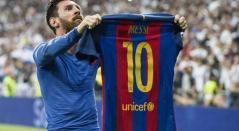 Lionel Messi levantando su camiseta ante la hinchada del Real Madrid