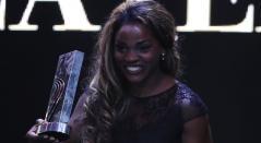 Caterine Ibargüen 2018 exhibiendo el galardón como mejor atleta del año por la IAAF