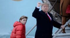 Donald Trump junto a su hijo Barron en la víspera del Super Bowl