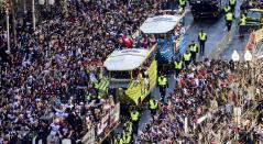 Los populares 'Duck boats' (boten anfibios)  desfilaron por las calles de Boston en medio de miles de asistentes que llegaron a recibir a su equipo.