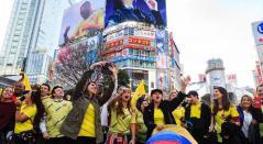 Colombianos en el Times Square de Japón en la presentación de la camiseta de la Selección Colombia