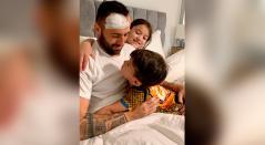 David Ospina al lado de sus hijos, tras ser dado de alta en el hospital