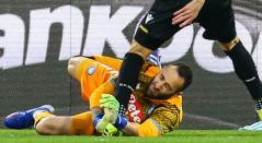 Momento en que David Ospina choca con Ignacio Pussetto, en el Nápoli vs Udinese, en la ciudad de Nápoles, en Italia