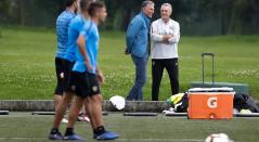 Carlos Queiroz y Gustavo Alfaro observan el entrenamiento de Boca Juniors en Bogotá.