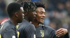 Moise Kean (centro), Paolo Gozzi y Juan Cuadrado tras celebrar el gol del primero ante el Spal, en el Estadio Paolo Mazza stadium de Ferrara