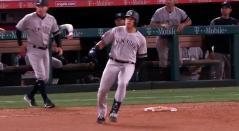Giovanny Urshela luego de conectar el hit que le dio la victoria a los Yankees antes los Angelinos