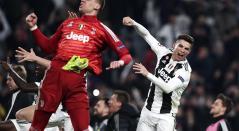 Wojciech Szczesny y Cristiano Ronaldo celebrando la clasificación a cuartos de final de Champions, el 12 de marzo en Turín. Dejaron en el camino a Atlético de Madrid
