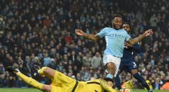 Raheem Sterling (Manchester City), en acción ante Hugo Lloris (Tottenham), en el Etihad Stadium de Manchester