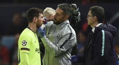 Lionel Messi y un fuerte golpe en el partido Barcelona - Manchester United