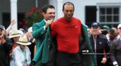 Tiger Woods enfundándose su quinta chaqueta verde en el Masters de Augusta