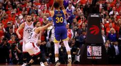 Stephen Curry anotando ante los Toronto Raptors, en el Scotiabank Arena de Toronto, en Canadá