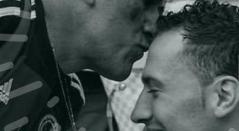 Papá de David Ospina dándole un beso a su hijo