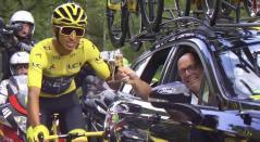 Egan Bernal brindando en el paseo del campeón en el Tour