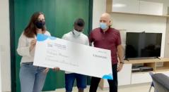 Yuberjen Martínez recibiendo cheque